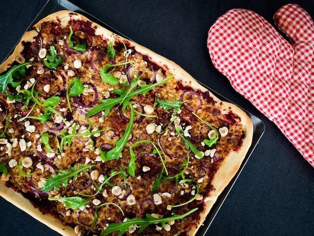 pizza betterave, oignon rouge et munster frais
