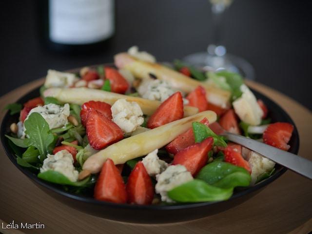 une salade asperges, fraises, roquefort