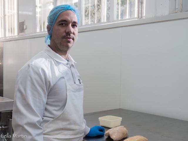 Guillaume Gallou responsable de l'atelier fabrication chez Feyel s'apprête à nous faire une démonstration de déveinage.