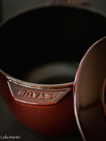 petite cocotte en fonte, émaillée rouge bordeaux,