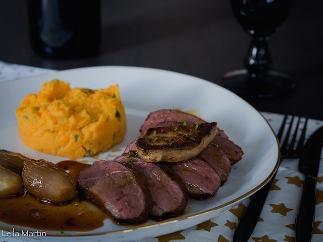 Magret de canard Rossini au citron vert, mousseline de patates douces au gungembre, échalotes confites aux épices de Noël et mousseline de patates douces au gingembre