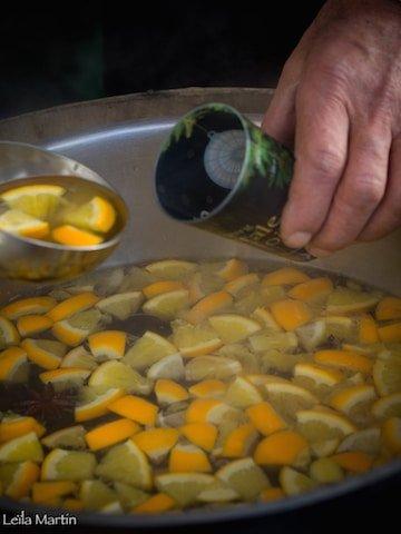remplissage d'un gobelet du Marché de Noël de Strasbourg avec du vin chaud au vin blanc d'Alsace