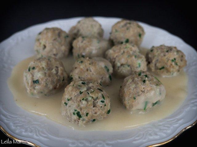 Recette des Fleischknepfle, boulettes de viande alsasiennes cuites dans un bouillon et nappées de sauce blanche