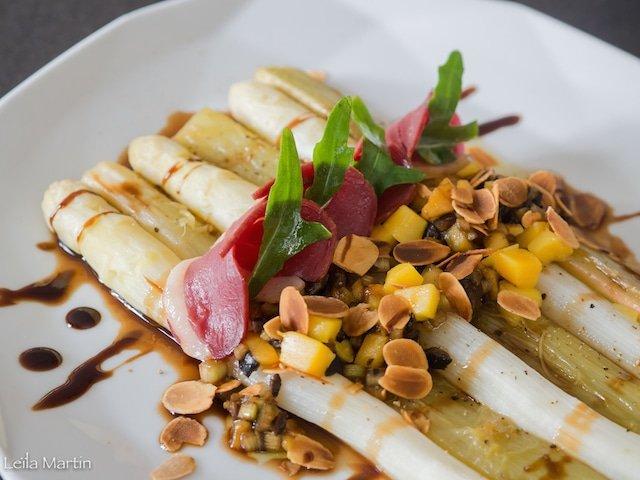 recette d'asperges et rhubarbe, mangue, olive noire et magret fumé