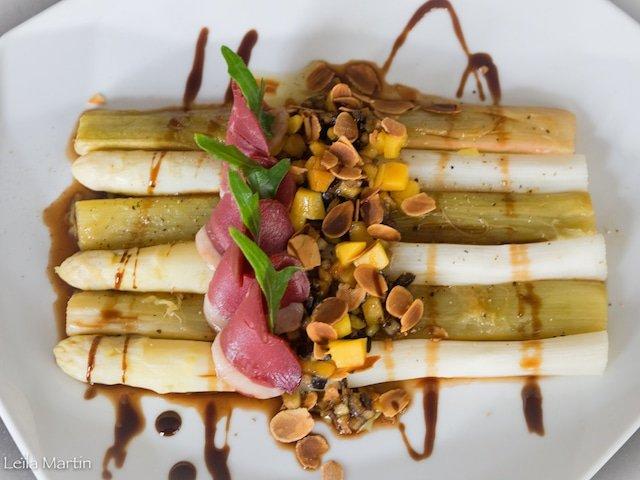 Recette de duo d'asperge et rhubarbe, mangue et magret fumé