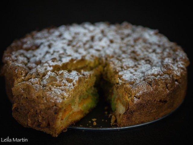 recette du crazy streusel abricot pistache, un gâteau agrémenté d'abricots, imbibé d'une ganache à la pistache en cours de cuisson et recouvert de streusel