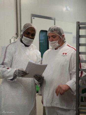 Photo du chef Thierry Beyer en discussion avec un collaborateur (Alsacienne de Restauration)