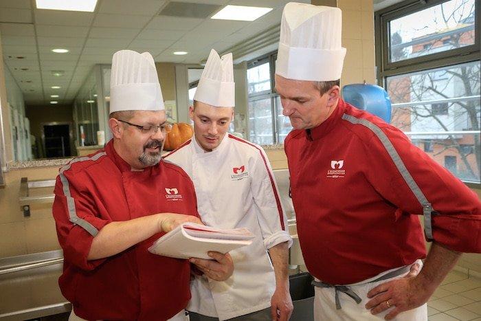 photo de 3 chefs de L'Alsacienne de Restauration, une entreprise qui s'engage pour l'épanouissement professionnel de ses salariés