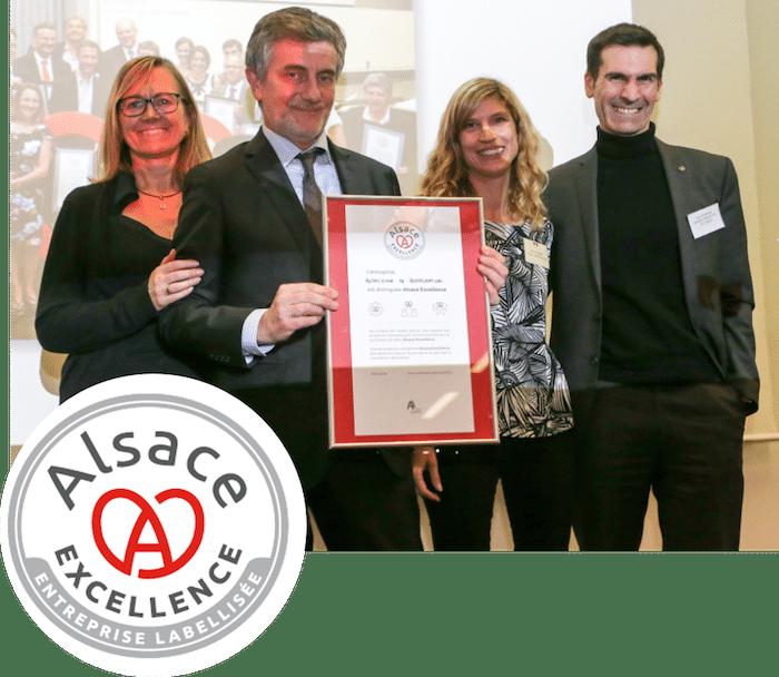 Photo du Directeur Général de L'Alsacienne de Restauration recevant avec sa collaboratrice Sabine Fabbro le label Alsace excellence