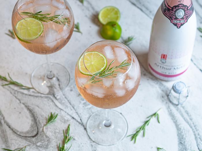 Recette de cocktail au Crémant Ice rosé Arthur Metz, gin, tonic, citron vert et romarin
