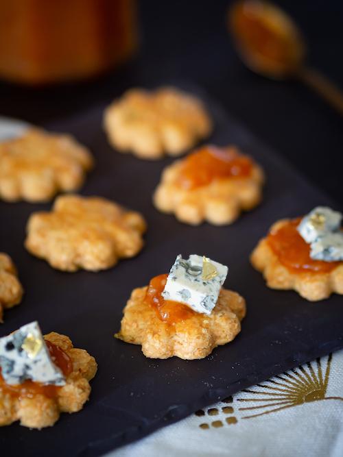 recette de bredele salés au thym, chutney d'abricots secs et bleu